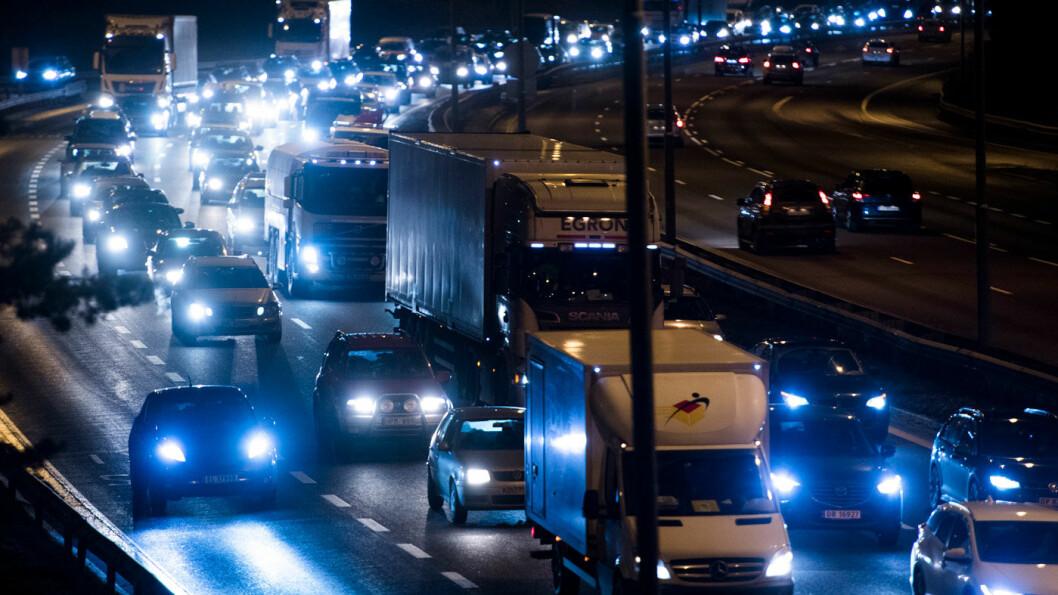 INTERVJUET KØSTÅERE: De fleste bilistene som stamper i kø gjør det fordi de har lett tilgang på parkeringsplass, viser en undersøkelse Statens vegvesen har gjort. Foto: Jon Olav Nesvold, NTB scanpix