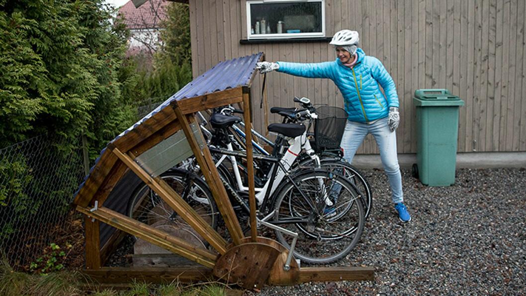 BESKYTTER SYKLENE: Solveig Widmers mann, Hugo, har bygget et enkelt sykkelskur med tak etter egen tegning. Foto: Jon Terje Hellgren Hansen