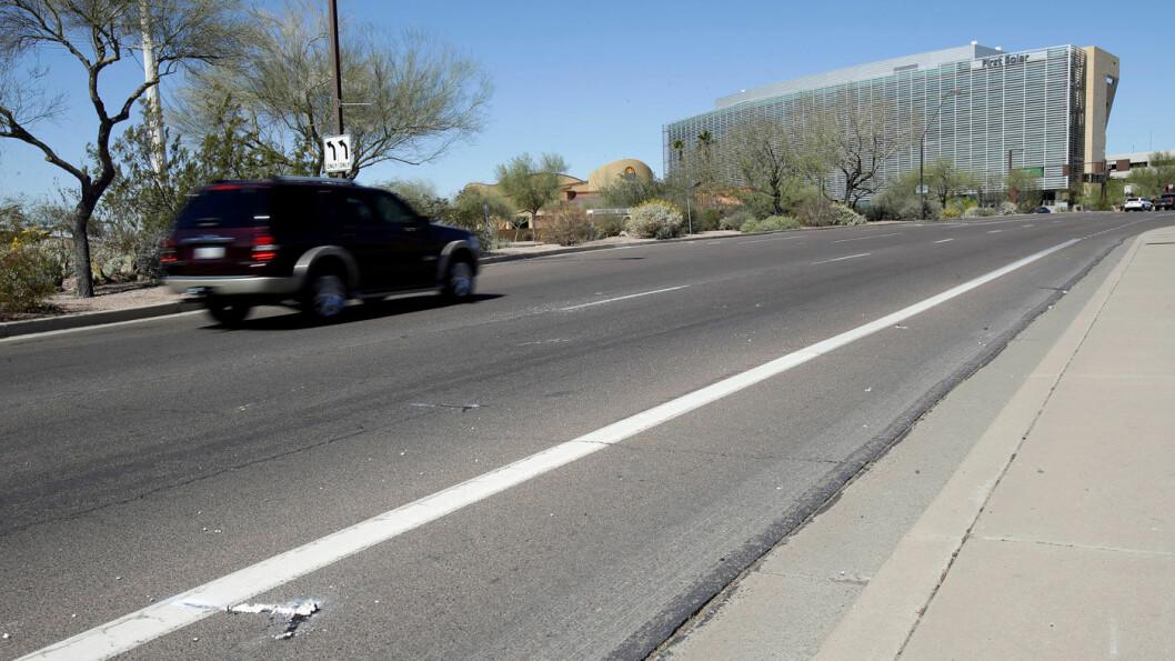 FØRSTE DØDSULYKKE: Her på denne veistrekningen i den amerikanske byen Tempe, Arizona ble en kvinnelig fotgjenger påkjørt og drept av en selvkjørende bil. Foto: Rick Scuteri, Reuters