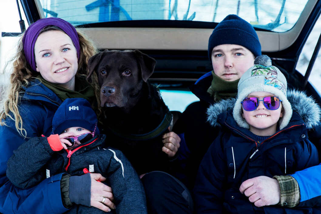 KJØPTE FARLIG BIL: Kaja Vemren Refling, mannen Ruben, barna Brede (5) og Ane (2) sammen med bikkja Herman. Familien er én av mange ofre i Olsen Bil-saken. Foto: Fredrik Bjerknes