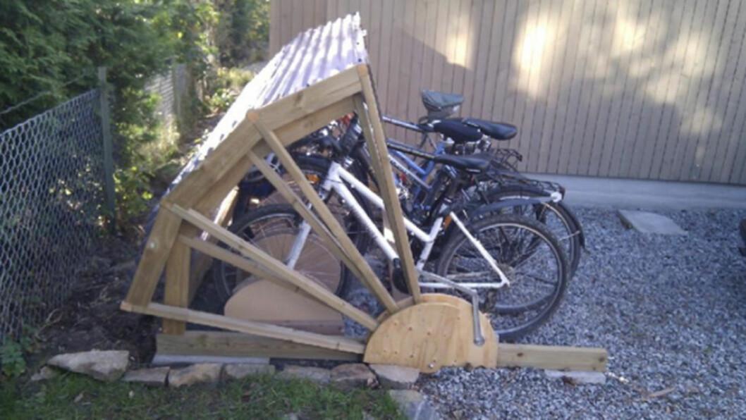 SMART SYKKELSTATIV: Slik ser sykkelskuret ut fra siden. To dørpumper er montert for å lette lokket og dempe slag når det lukkes.