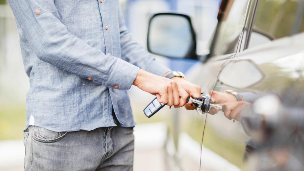 TA NOEN FORHOLDSREGLER: Skal du kjøpe bruktbil, sjekk om det er heftelser på bilen og om det er et seriøst firma hvis du ikke handler privat. Foto: Shutterstock