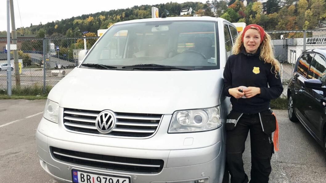 IKKE MED: Kaja Vemren Refling og familien kjøpte denne bilen av Olsen bil for 450 000 kroner. Den ble senere avskiltet, og måtte selges som delebil for 60 000 kroner. Men Kajas sak er ikke med i tiltalen mot bruktbilselgeren. Foto: Fredrik Bjerknes