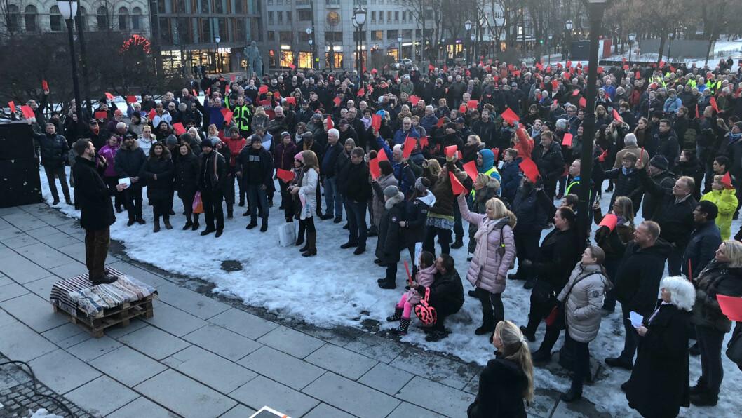 RØDT KORT: Bompengemotstandere protesterte foran Stortinget torsdag mot bompengenivået i Oslo, de fleste ga rødt kort også til Høyres Eirik Lae Solberg. Foto: Peter Raaum