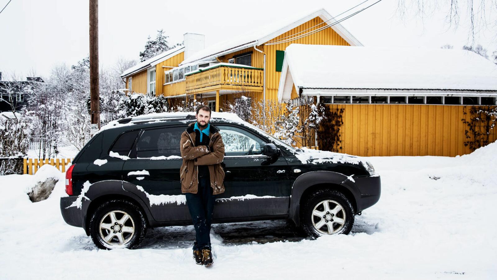 BRUKTBIL TIL BEKYMRING: André Johansen foran bruktbilen hans mor kjøpte av Sven Jarle Knoll i Fredrikstad. Foto: Fredrik Bjerknes