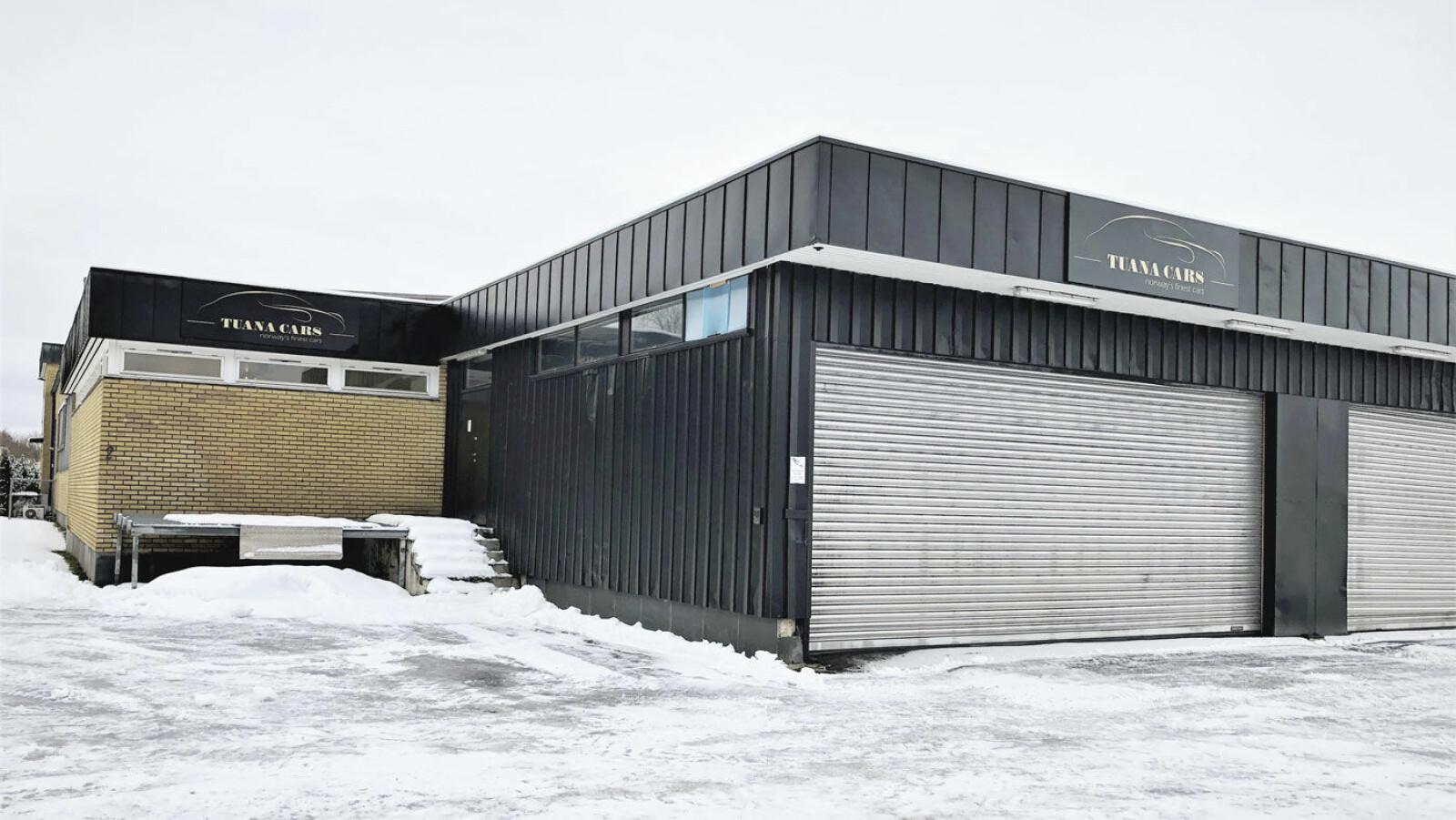 STENGT: I lokalene til tidligere Tuana Cars er dørene stengt og lokalene forlatt.