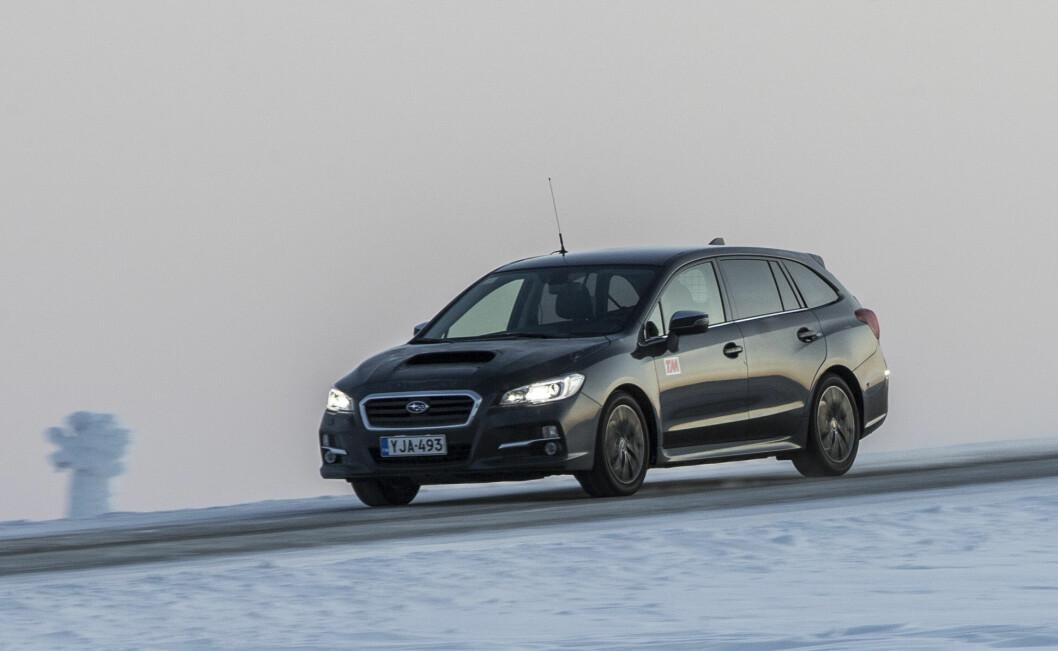 TRIVES I UVÆR: Her på fjellet på barske vinterveier, er Subaru Levorg i sitt rette element, med firehjulstrekk som fungerer svært godt. Foto: Matti Pentikäinen