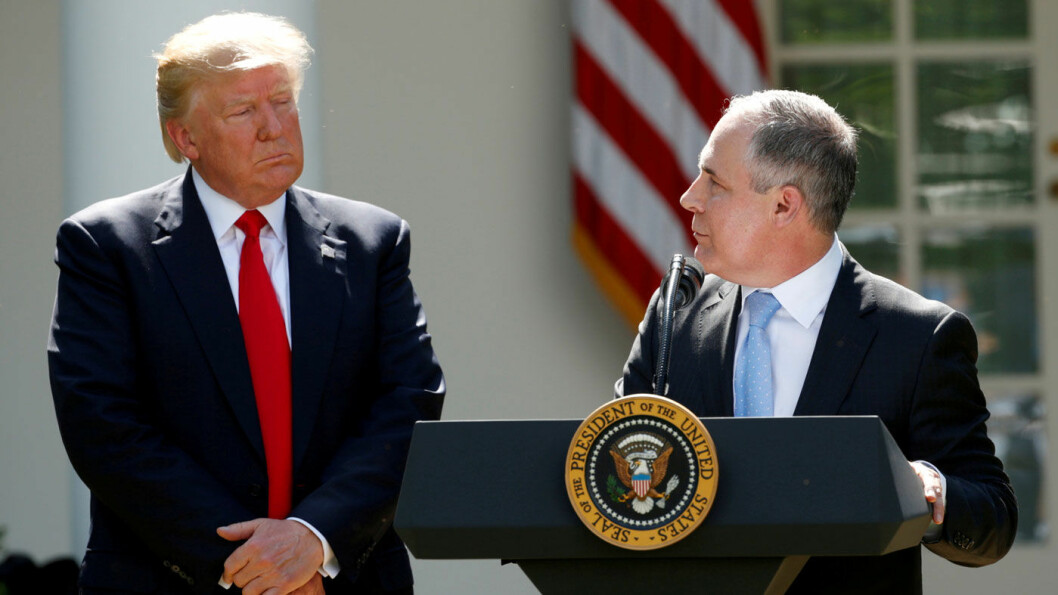 LUNKEN MOTTAGELSE: Forslaget fra EPA-sjef Scott Pruitt (t.h.) og president Donald Trump møter ikke begeistring hos bilindustrien. Foto: Reuters