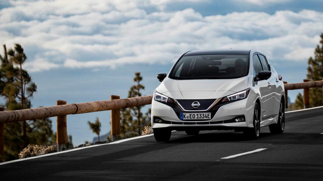 JUBILANT: Nissan Leaf-modell nummer 60.000 i Norge ble registrert i mars, men den generelle trenden for bilsalget er svært dårlig. Foto: Nissan Motor