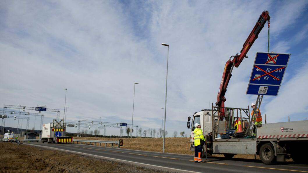 FJERNER BOM: Bompenger er historie på fem veistrekninger fra senest 1. juli. Foto: Espen Røst