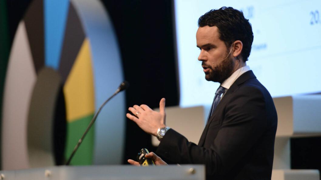 VENTER FALL: Bloomberg-analytiker Colin McKerracher, her er under fjorårets ZERO-konferanse i Oslo, tror batteriprisene kan reduseres med en tredjedel fram mot 2030. Foto: Marius Nyheim Kristoffersen / ZERO