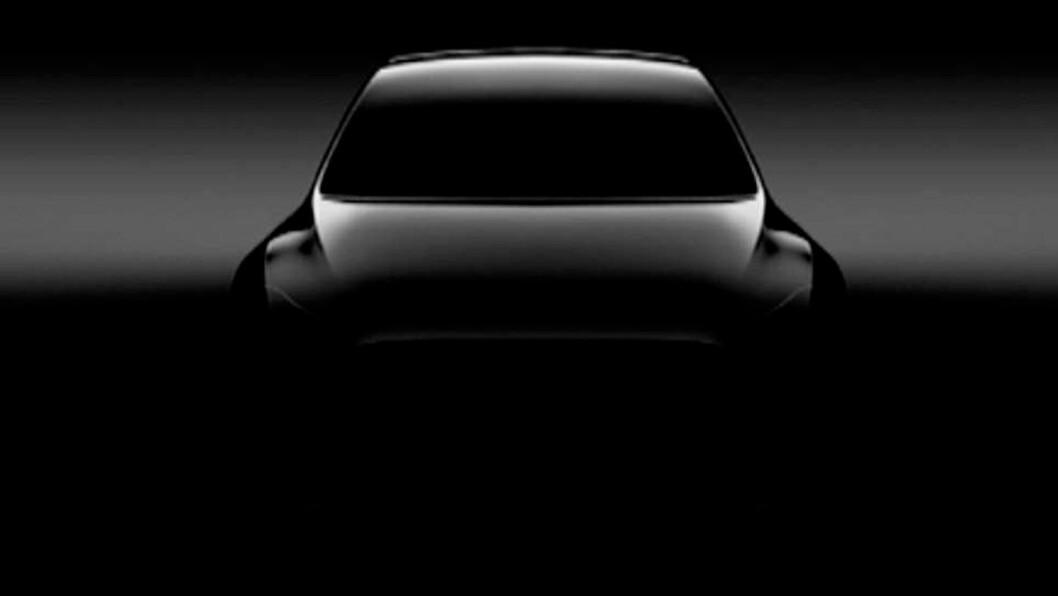 TILDEKKET: Det er ikke mye vi så langt har fått se av Teslas kommende Model Y. Men etter planen er lanseringen under et halvår unna.