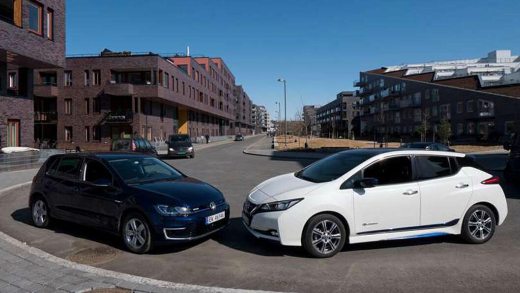 HELLER MOMS ENN BOM: Fremskrittspartiet vil innføre moms på elbiler som disse Nissan Leaf- og VW e-Golf-modellene, og vil bruke pengene på lavere bomtakster. Foto: Jon Terje Hellgren Hansen