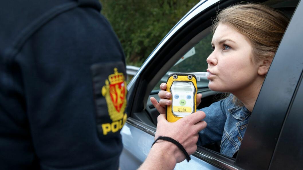 RØDT ELLER GRØNT: Det kan koste deg meget dyrt om det lyser rødt i politiets promillekontroll. Foto: Gorm Kallestad/NTB scanpix