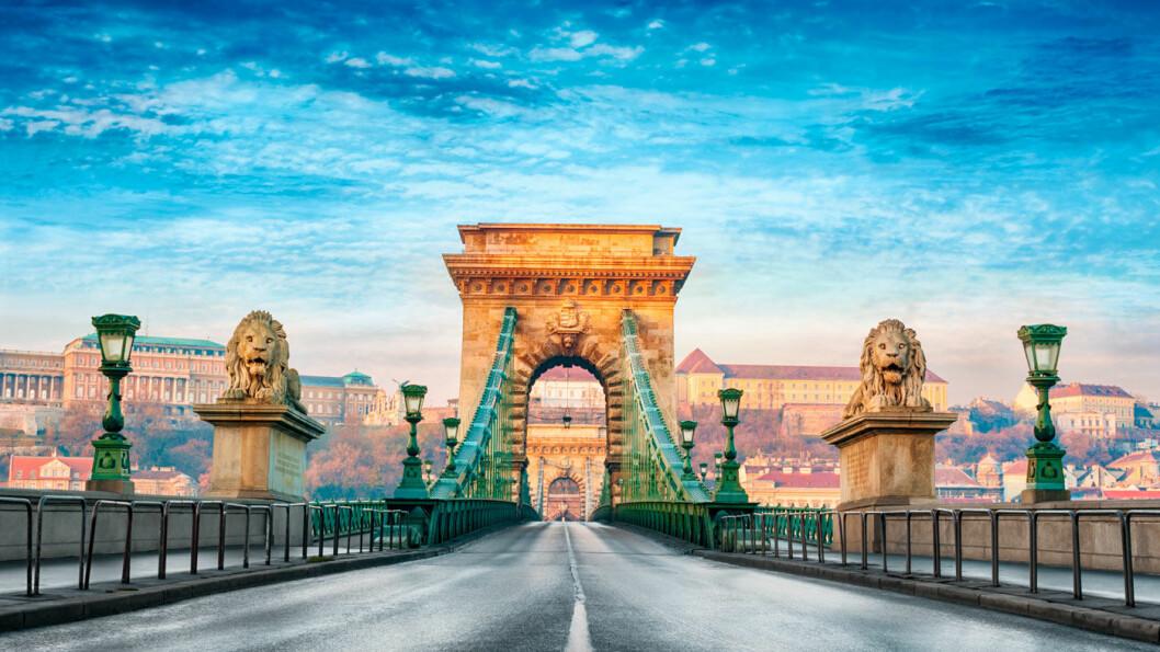 BYEN MED DE NI BROER: Donau setter sitt preg på Budapest, og byen er kjent for broene sine. Den eldste og vakreste er kanskje Kjedebroen som lyses opp på kveldstid. Foto: Vista Travel