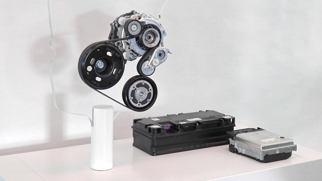HYBRID: Startmotor/generatoren skal ikke bare fungere som dynamo og starter, men er samtidig en liten el-motor som sikrer økt dreiemoment ved oppstart. Lithuim-ion-batteriet på 48 volt suppleres med energi fra blant annet rekuperasjon. Foto: Volkswagen AG