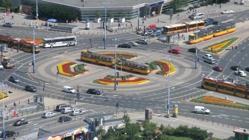FARLIG: Mange nordmenn reiser til Polen og hovedstaden Warszawa. Trafikken her Dmowskiego-rundkjøringen og i resten av Polen er blant de farligste i EU. Foto: Greger Ravik, Flickr