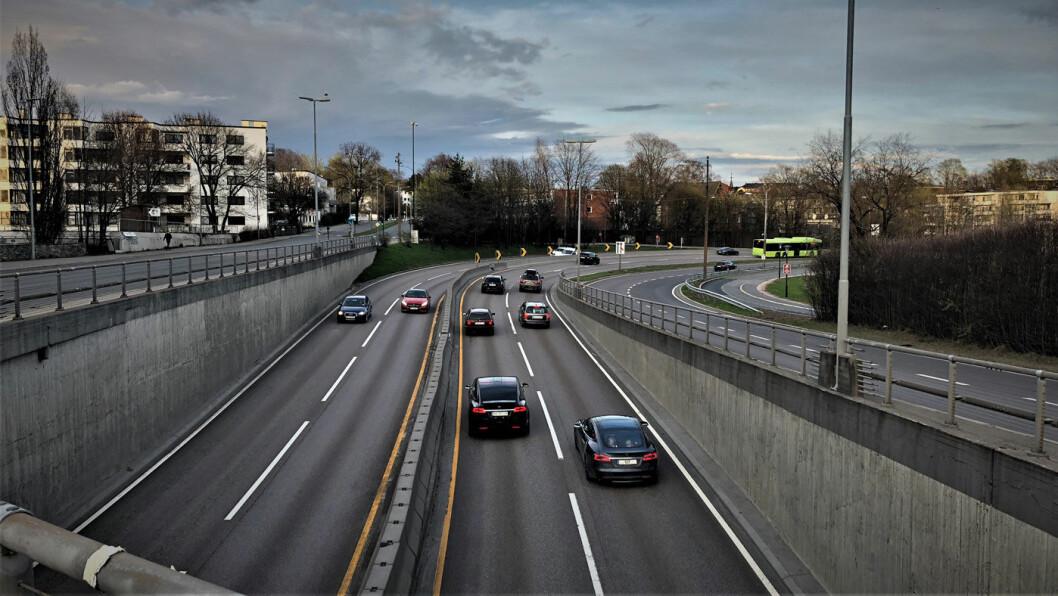 REDDE: På Frognerstranda i Oslo suser trafikken på E18 i opp mot 100 kilometer i timen. Mange nordmenn vedgår at de er redde. Foto: Geir Røed