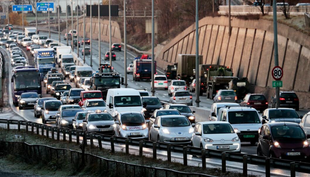 <b>VANSKELIG</b>: Det blir vanskeligere for politiet å sjekke hva som er elbiler når stadig flere biler med fossile skilt også kjører i kollektivfeltene, som her inn mot Oslo vestfra.