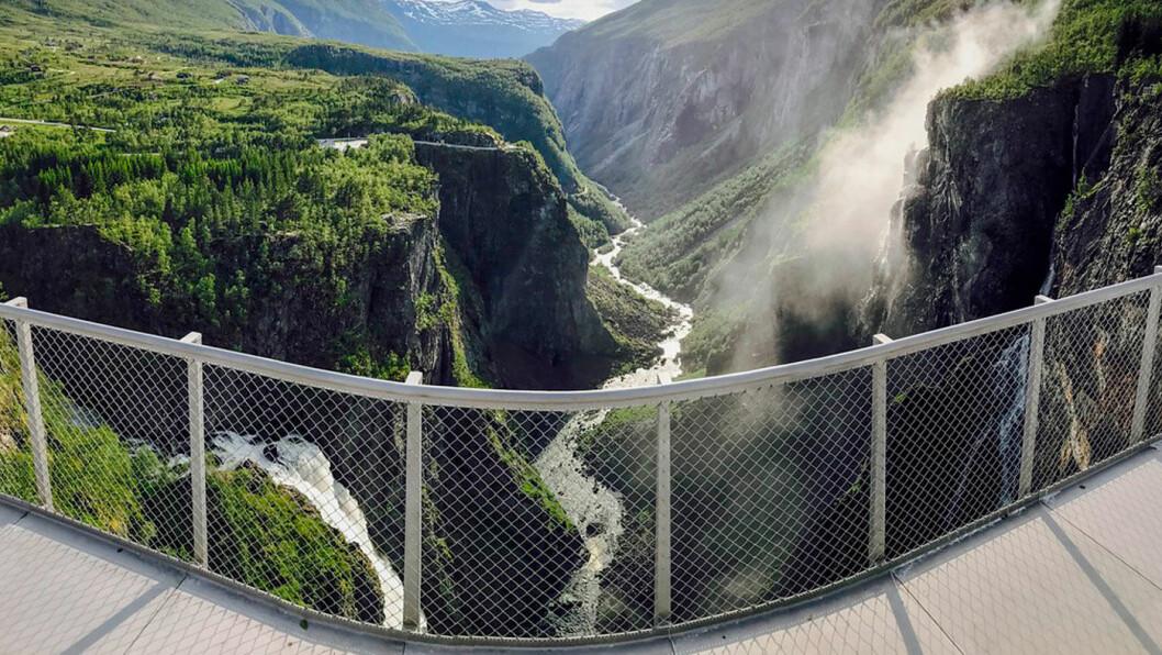 STOPPESTED: Vøringsfossen, her fra utsiktsplattformen på kanten av juvet ved Fossli, er et av de mest populære stoppestedene langs de Nasjonale turistveger. Denne plattformen ble ferdigstilt juli 2017. Foto: Kjersti Wold