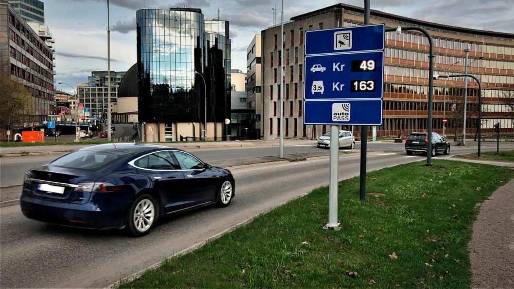 MANGE ELBILER: En Tesla passerer bomringen ved Majorstua. I morgenrushet er hver fjerde bil nå en elbil. Foto: Geir Røed