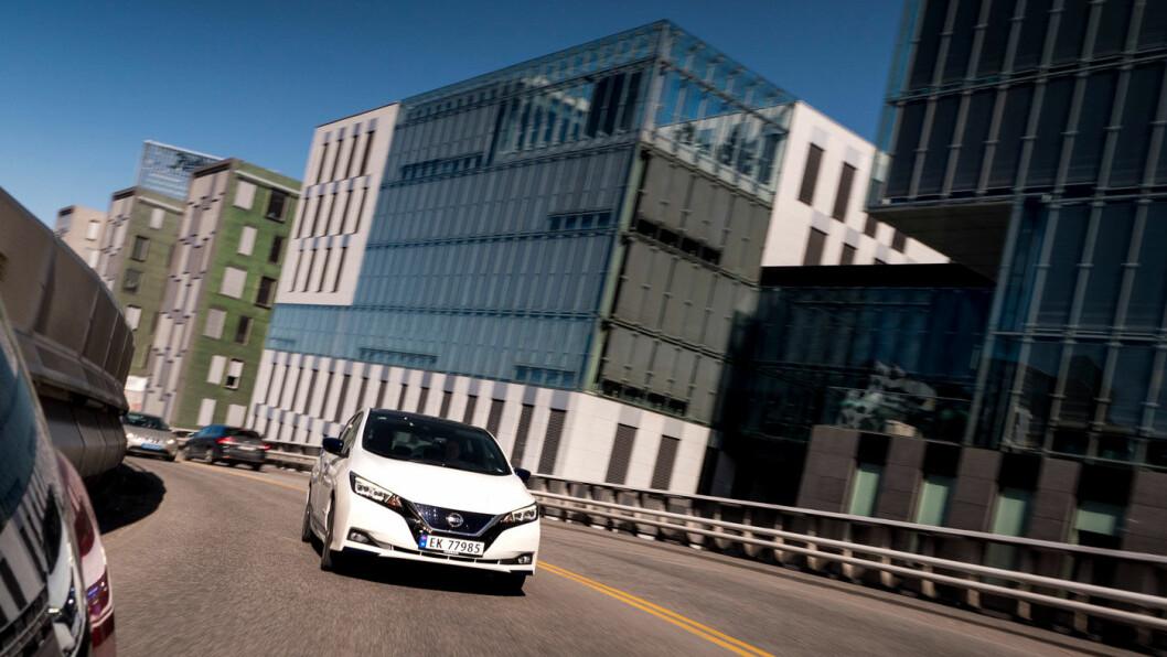 GRENSEHANDEL: Nissan Leaf har vært den mest importerte elbilen fra Sverige til Norge. Både norske og svenske forhandlere utnytter et regelverk mange i Sverige nå reagerer på. Foto: Jon Terje Hellgren Hansen