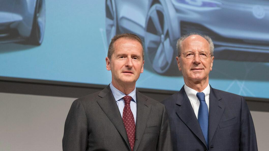 ALLE MANN TIL PUMPENE: Bare dager etter at han tiltrådte som toppsjef i VAǴ, har Herbert Diess (t.v) fått en ny dieselskandale å hanskes med. Her er han med styreleder Hans Dieter Pötsch. Foto: Volkswagen AG