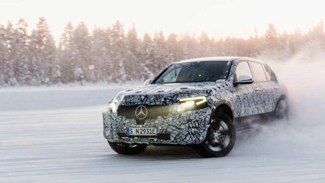 I FARTA: Mercedes-Benz EQC på testkjøring under vinterlige forhold i Sverige. Foto: Daimler