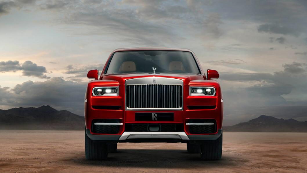 DIN NESTE SUV? Rolls-Royce Cullinan kommer rullende på sine 22 tommers dekk med en 6,75 liters V12-motor med biturbo. Prisen er ikke kjent, foreløpig.
