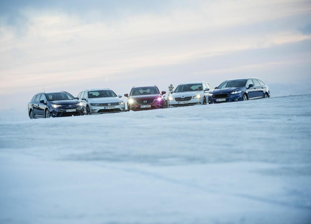 PRAKTISK TALT: Stasjonsvogner som Ford Mondeo, Mazda6, Skoda Superb, Toyota Avensis og VW Passat er favoritter i barnefamilier. Foto: Jon Terje Hellgren Hansen