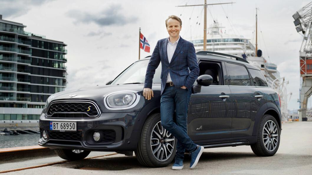 LEGGES MERKE TIL: – Det sporty interiøret gjør MINI Countryman til en litt annerledes bil. Det er sånt som folk legger merke til, sier Aksel Tunold. Foto: Nina Ruud