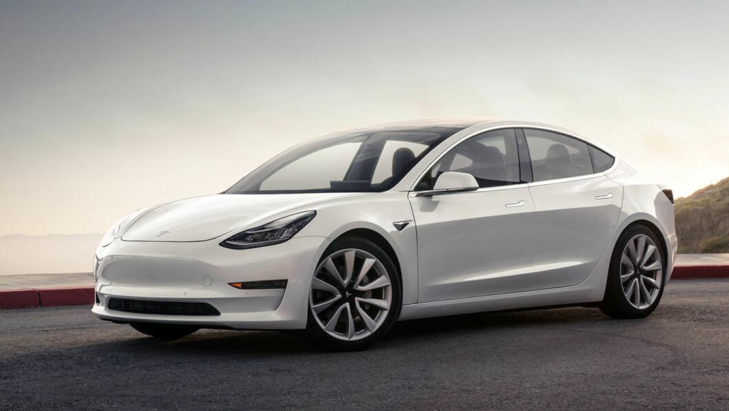 BLANDET MOTTAKELSE: USAs største forbrukerorganisasjon gir Tesla tommel opp for rekkevidden på Model 3, men slakter den i en bremsetest. Foto: Tesla Motor