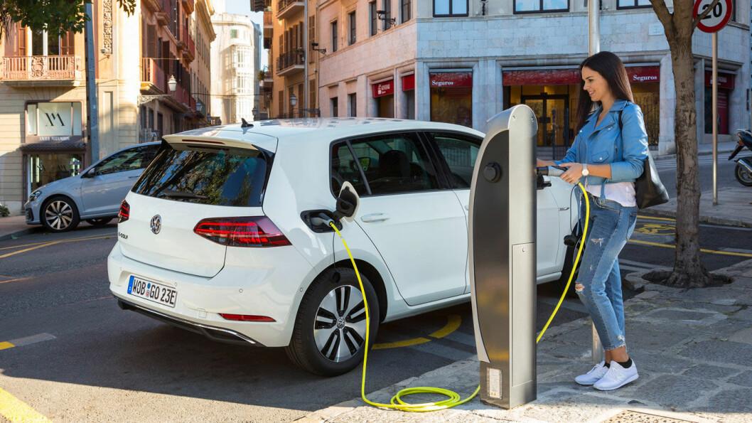 POPULÆRT: Det er en kraftig økning i import av elbiler til Norge utenfor importørene. Mange kommer fra Tyskland, som denne e-Golfen. Foto: Volkswagen