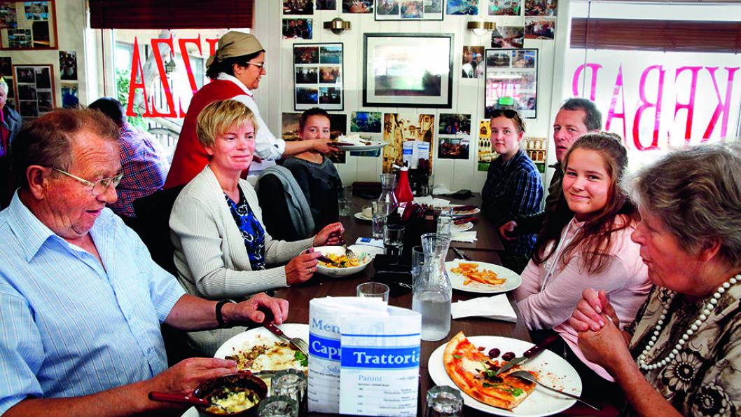 Storfamiliestemning og god mat på Trattoria Capri i Varangerbotn i Finnmark. Spisestedet var soleklar vinner i Motors kåring av Årets Veimat 2015. Foto: Mette Randem