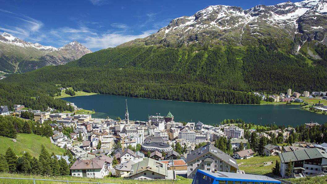 FJELLANDSBYEN: St. Moritz ligger flott til mellom snødekte fjell, hele 1.856 meter over havet.