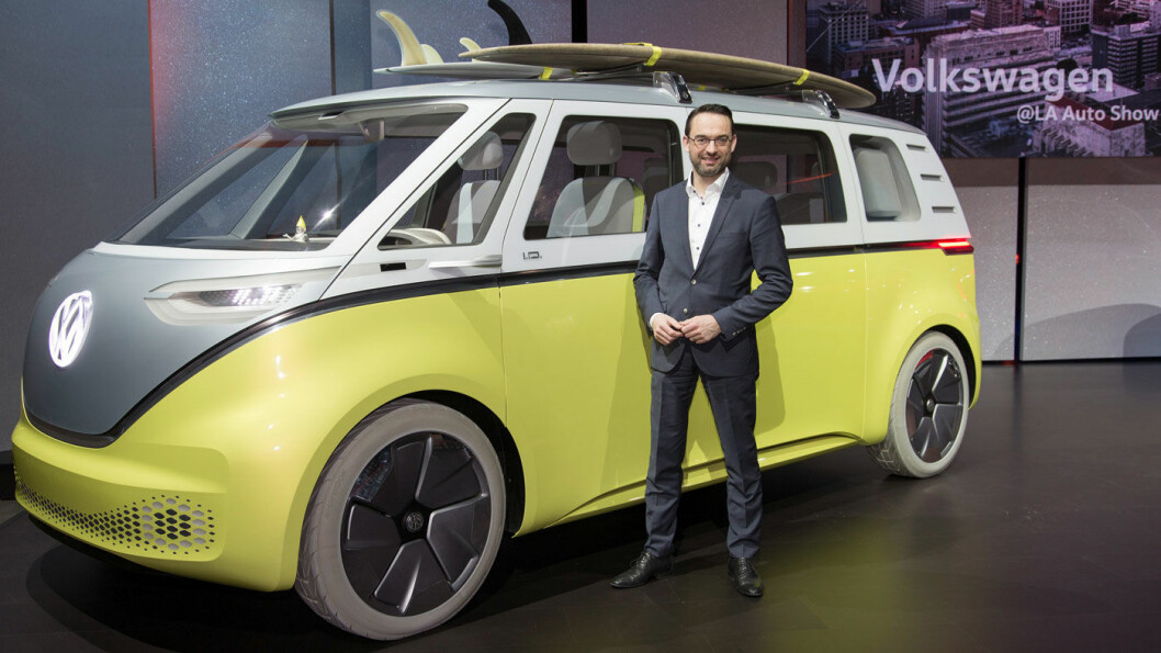 SNART KLAR: VWs elbil-sjef Christian Senger foran en I.D. Buzz på fjorårets bilshow i Los Angeles. I.D blir produsentens første rene elbil, og lanseres i 2020. I.D står for øvrig for «ikonisk design». Foto: Volkswagen AG