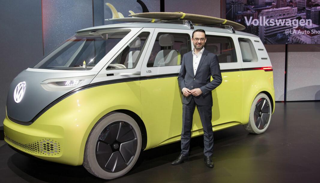"""<span class="""" font-weight-bold"""" data-lab-font_weight_desktop=""""font-weight-bold"""">FORNØYD: </span>VW-sjef Christian Senger foran det som en gang var en konseptbil, men som fra tidlig i 2022 settes i produksjon."""