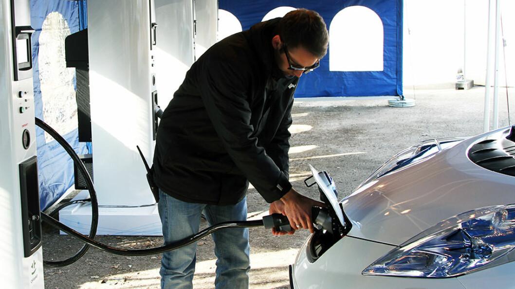 OPPLADBAR: Elbilen lader du i stikkontakten hjemme eller på en av de mange ladestasjonene. Hurtiglading koster penger, men du sparer tid. Foto: Rune Korsvoll