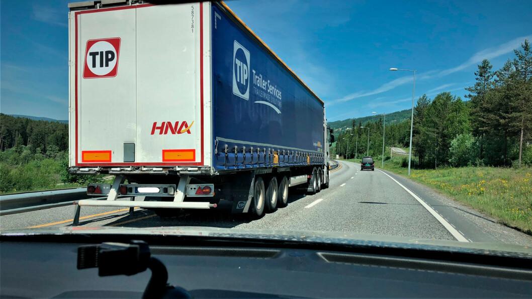 KAN BLI FORBUDT: Snart kan det bli forbudt for tunge kjøretøy å kjøre forbi i venstre fil på motorveiene. Her er en stor trailer på vei forbi på firefeltsveien i Øyer i Gudbrandsdalen. Foto: Geir Røed