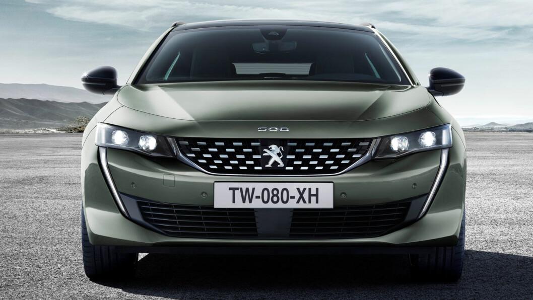 LAV ELEGANSE: Nye Peugeot 508 stasjonsvogn rager ikke høyt i terrenget, i motsetning til de moteriktige SUV'ene. Foto: Peugeot