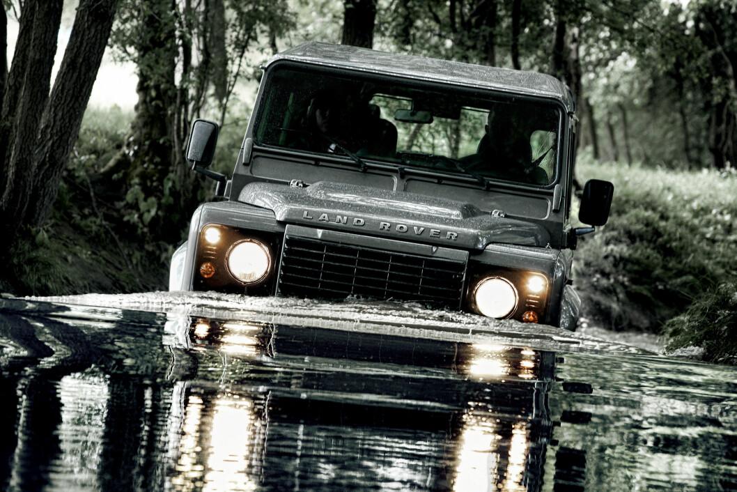 TØFFING: Land Rover Defender har ingen blåtann, men kan kjøre i vann opp til panseret. Foto: Land Rover