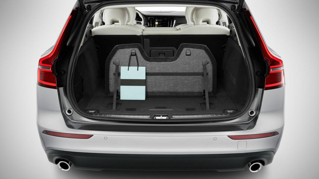 STÅR STØTT: Fiks detalj i bagasjerommet sørger for at handleposene blir stående.