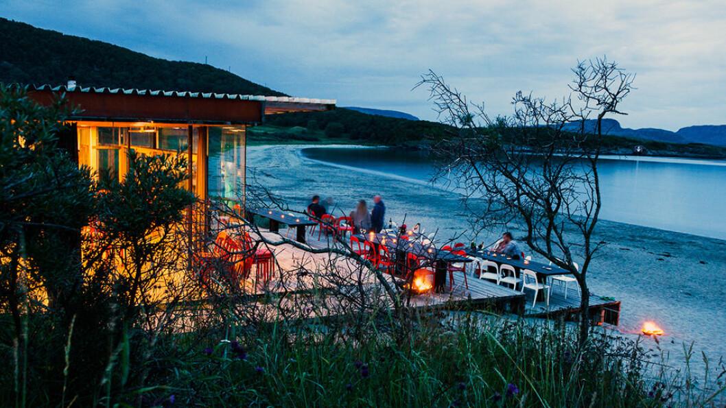 STOKKØYA SJØSENTER: Moderne og helt spesielt er strandbaren og hyttene som leies ut til overnatting rett på stranden på kysten av Sør-Trøndelag. Foto: Christian Houge