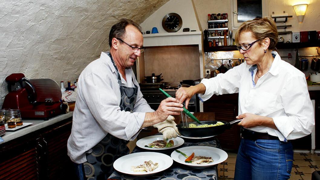 GODT SELSKAP: Svenske Karin (t.h.) og hollandske Sydney inviterer ofte gjestene til felles middag på hotellet Chambre d´hotes La Parare i Chateauneuf Villevielle.