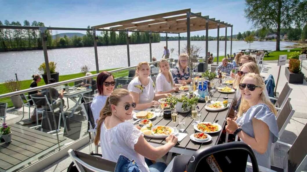 MATEN SMAKER: Fornøyde gjester på Sanngrund. Foto: Mette Randem