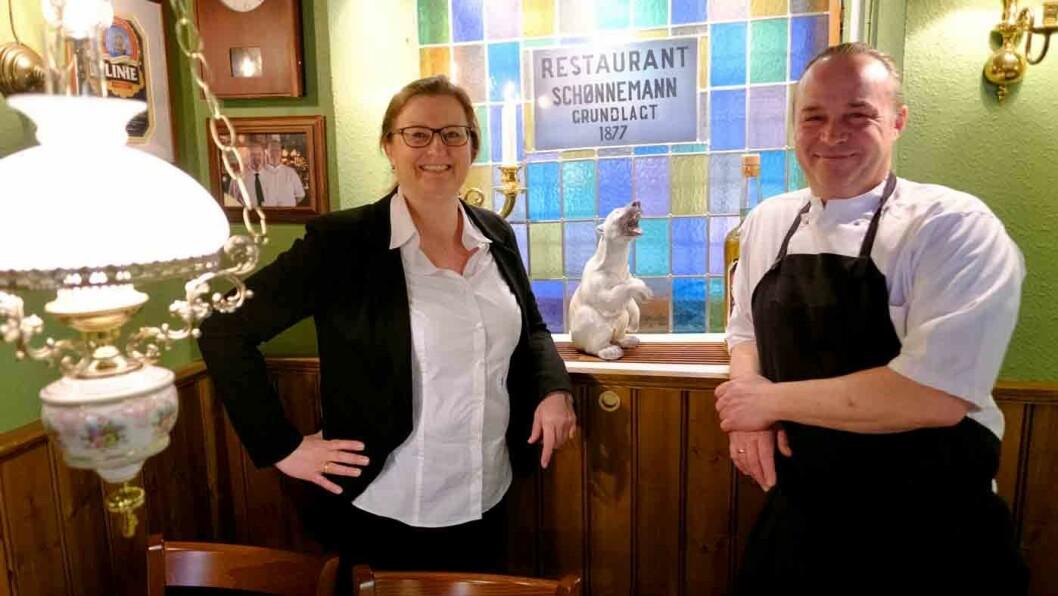 VELKOMMEN TIL DANSK FROKOST: Juliette og Thomas Gaarn Rasmussen serverer høye, danske smørbrød i restaurant Schönnemann, et av de eldste spisestedene i København.