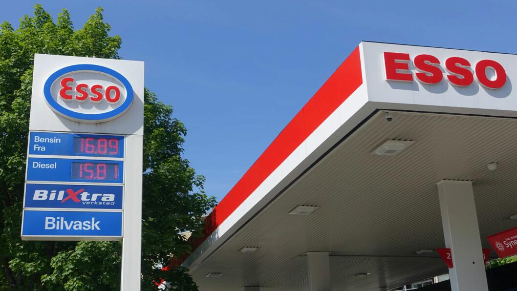 REKORDHØYT: Pumpeprisen på bensin strøk opp mot 17 kroner i mai, som her på denne Esso-stasjonen i Bærum. Foto: Marianne Løvland/NTB scanpix