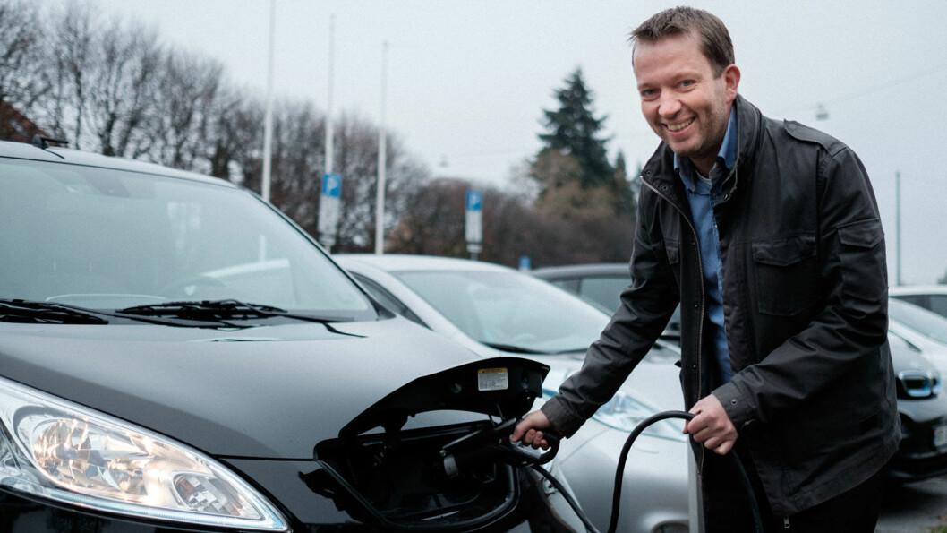 SMILER OPPGITT: Kommunikasjonsleder Petter Haugneland i elbilforeningen. Foto: Aksel Jermstad / elbil.no