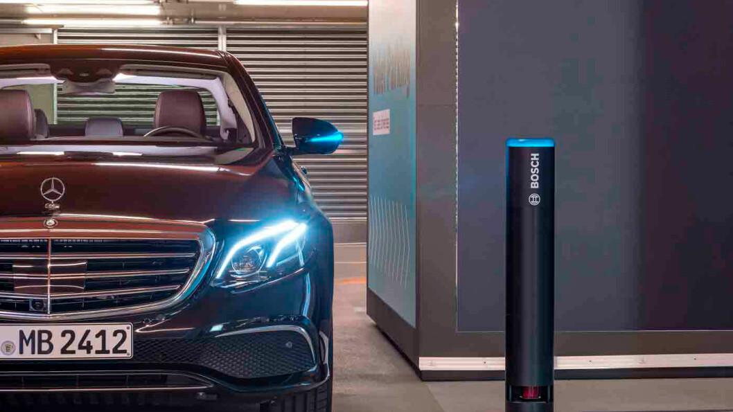 SMART PARKERING: Med en app på telefonen og sensorer plassert i parkeringshuset, mener Bosch og Mercedes Benz at bilen snart kan parkere seg selv. Foto: Bosch AG