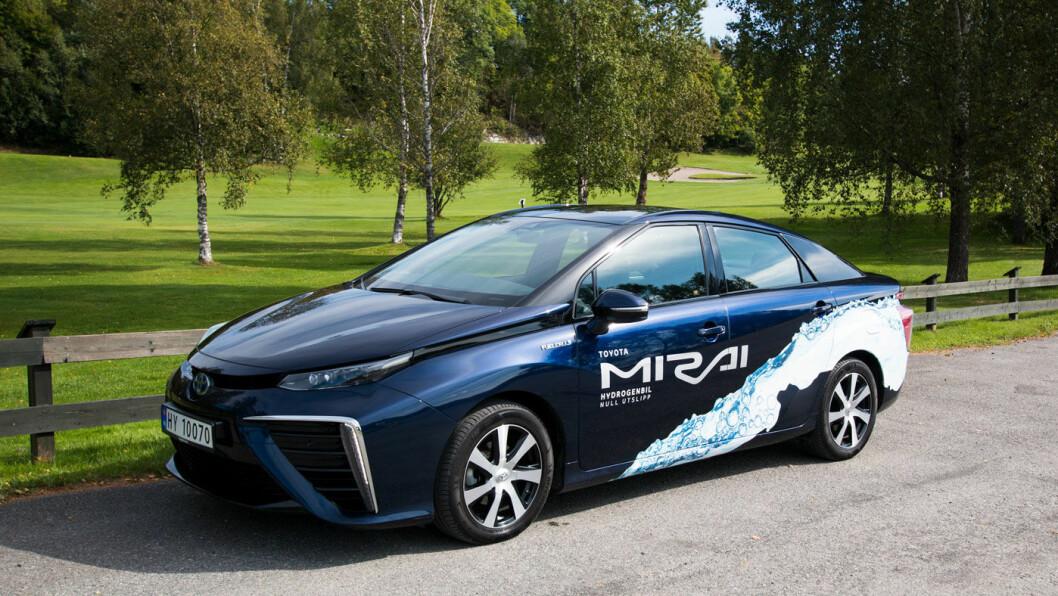 BARE VANN, TAKK: Toyota Mirai går på hydrogen, med vann som eneste utslipp.